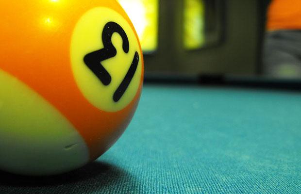 Billige Billardkugeln bekommen leichter Dellen (Foto: blumblaum / flickr /CC)