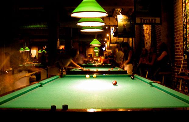 Vorbildlich: Dank dreistrahligen Billardlampen ist der Tisch der hellste Spot im Raum (Foto: Alan Wolf / Flickr)