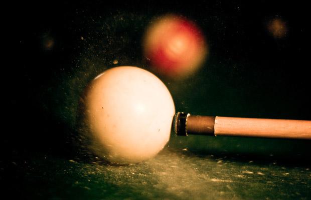 Queue trifft Kugel - wir sehen die Kreide herumwirbeln (Foto: Konstantin / Flickr)