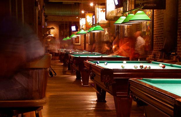 Der Klassiker: Grüne Billardlampen sind beliebt in Kneipen und Salons (Foto: Alan Wolf / flickr)