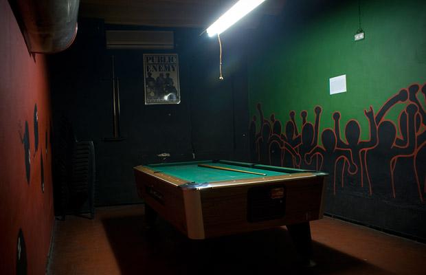 Sehr nüchtern: Diese Billardtisch-Beleuchtung wirkt nicht sehr gemütlich (Foto: Dubomatik / Flickr)