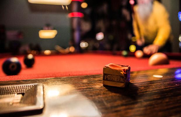 Roter Tisch - rote Billardkreide (Foto: Luke Clark / Flickr)